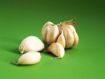 Garlic is effective in the garden,